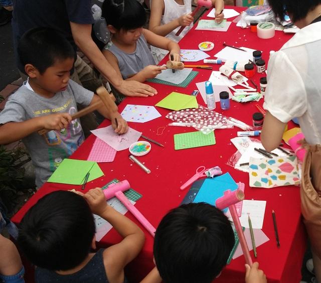 【まち】家に見立てた封筒が被災地へ、世界へ/思いを交換できるアートプロジェクト「封筒の家」