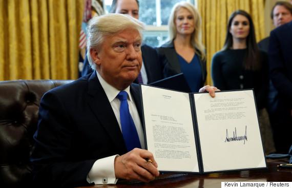 トランプ大統領就任。次々に大統領令にサイン。