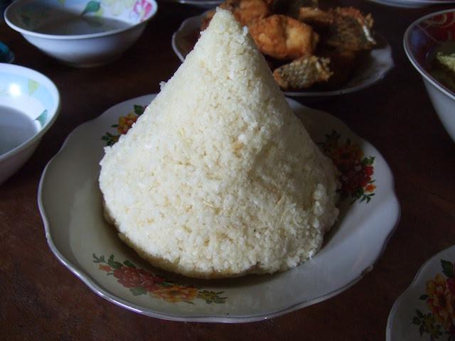 カレドゥパ島で主食のカソワミを食べる(松井和久)