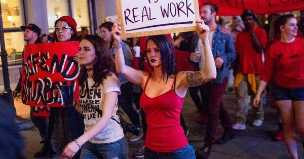 「私の体は違法ではない」と声を上げながらストリッパーのデモ行進      WEBライター募集中(セカンドインカムへの挑戦)