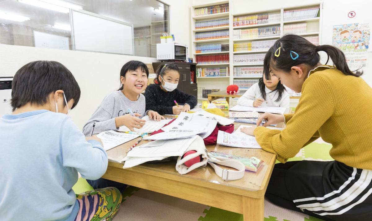 子どもの新しい放課後の居場所「しゅくだいカフェ」とは?(前編)~まちの大人が支え、夜の宿題タイムが家族だんらんに