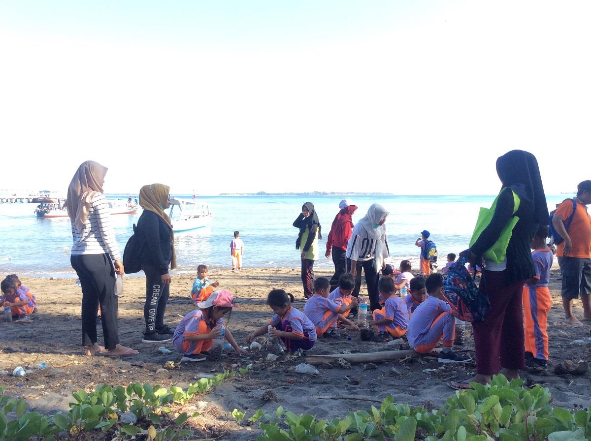 ロンボクだより(23):海のゴミ拾い(岡本みどり)