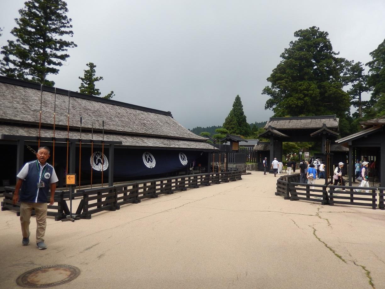 箱根関所から小田原城を望む