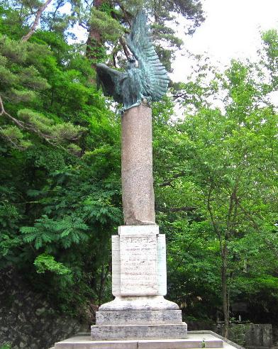 白虎隊墓地ローマ碑に思いを寄せる昭和天皇