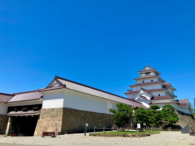 紺碧の空に映える會津鶴ヶ城と裏磐梯、そして会津磐梯山
