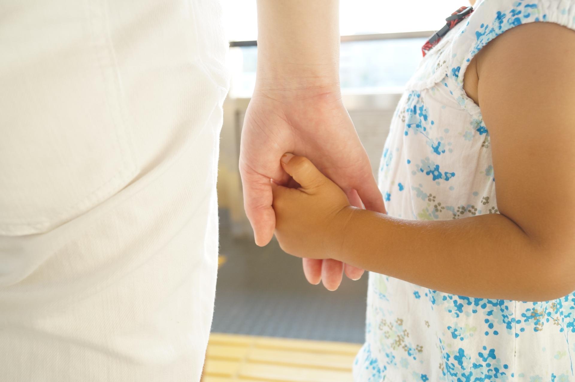 過干渉・過保護な親にならないために大切にすべきこと-子どもの自立のために「見張る」ではなく「見守る」