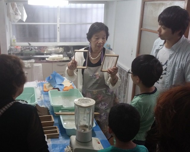 【まち・シェア】江戸川橋地蔵通り地域の心と心を繋ぐ場に/「みちこはうす」で子ども紙すき体験