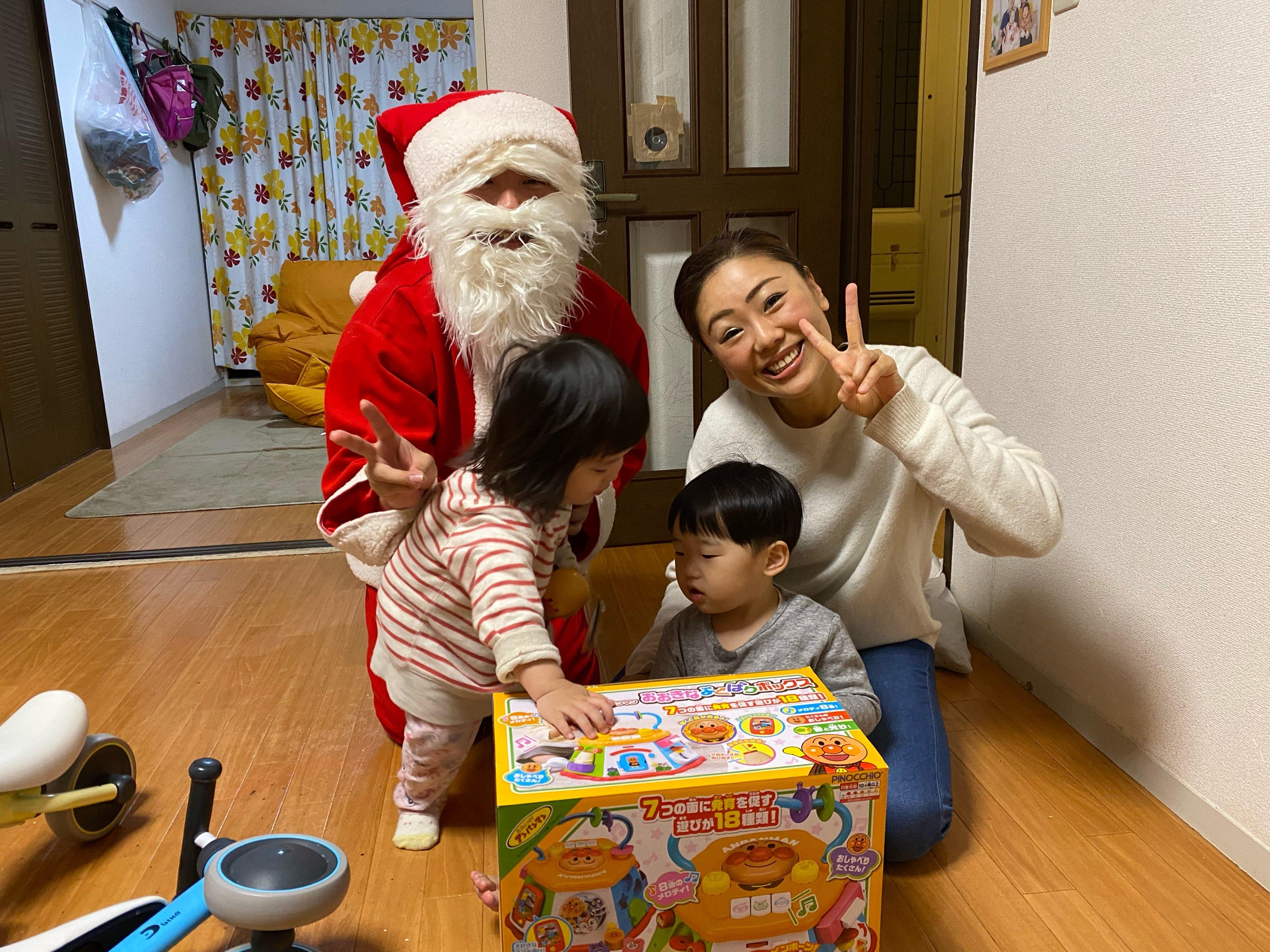 プレゼントに夢中すぎて・・・サンタさんぽつーん