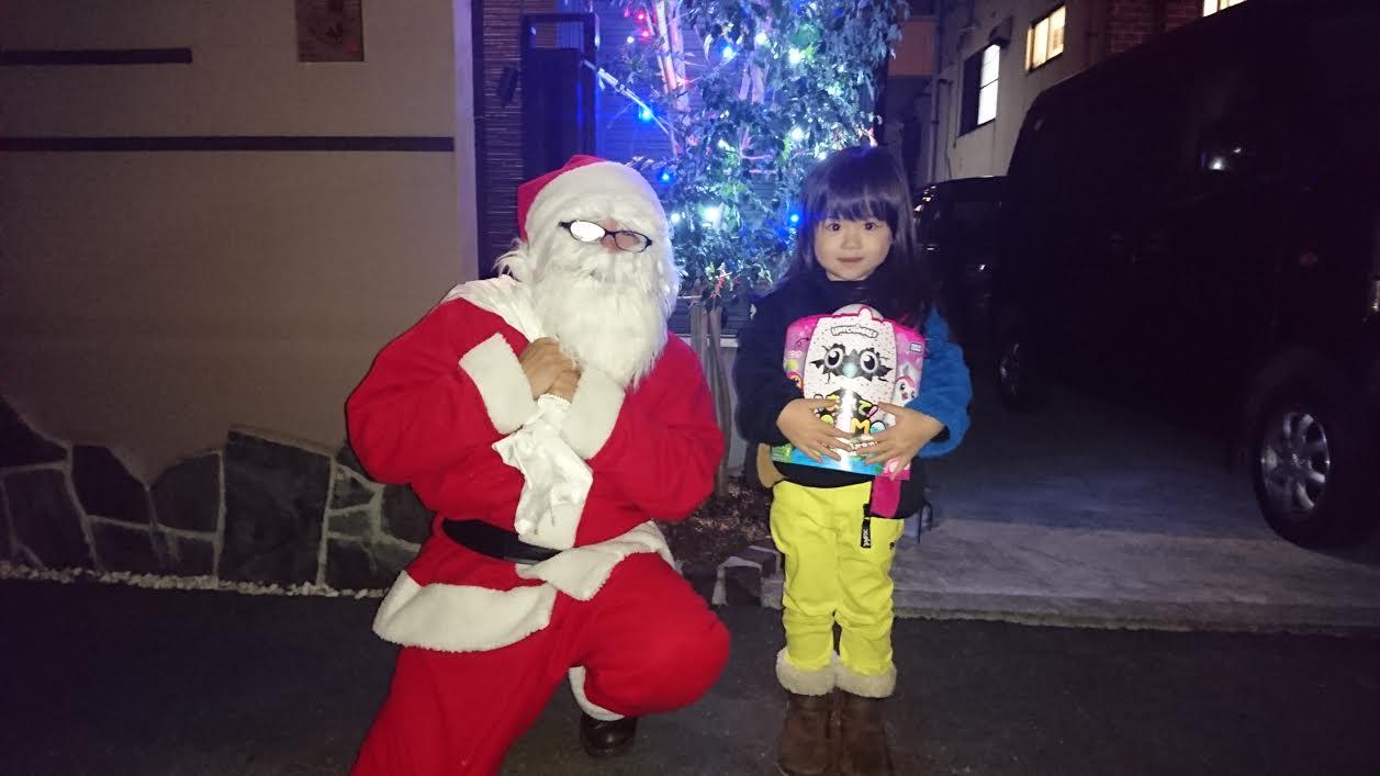 パパに電話で「サンタが来た!」と報告する可愛い娘
