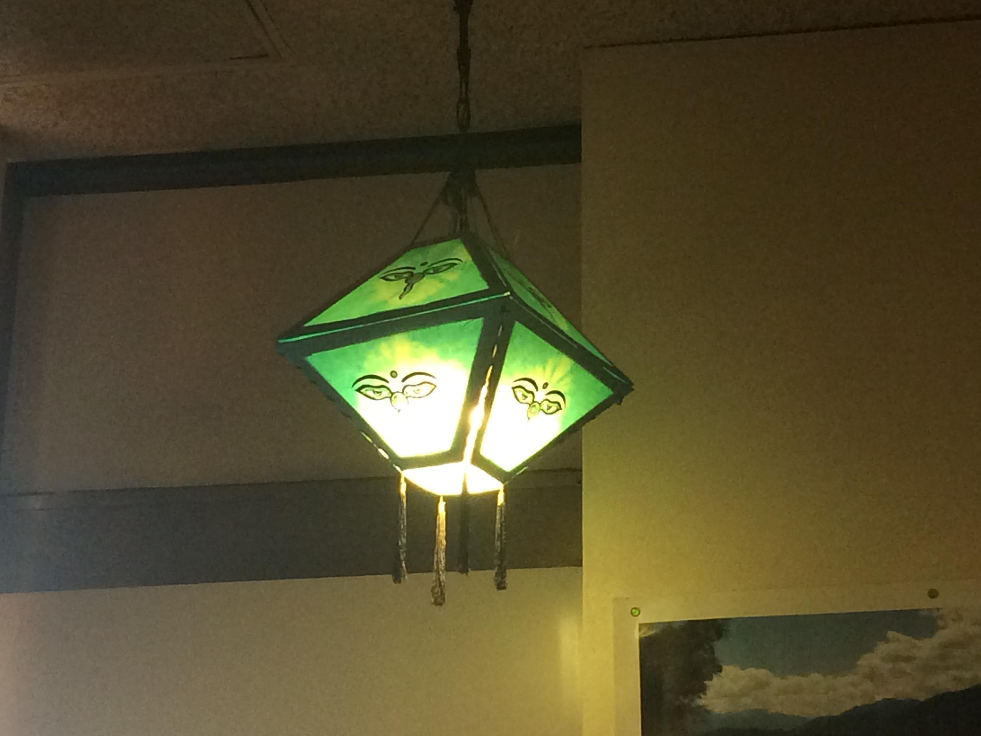 店内の灯りは間接照明風で、自然光と良いバランス
