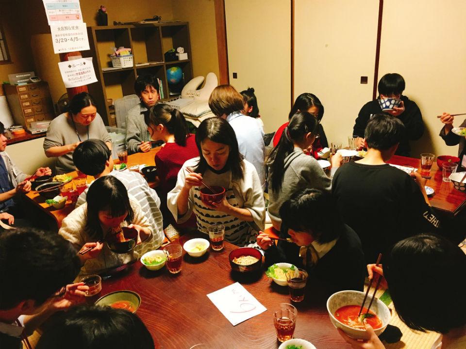 無料学習教室「地域の学び舎プラット」での勉強の合間の食事タイムの様子