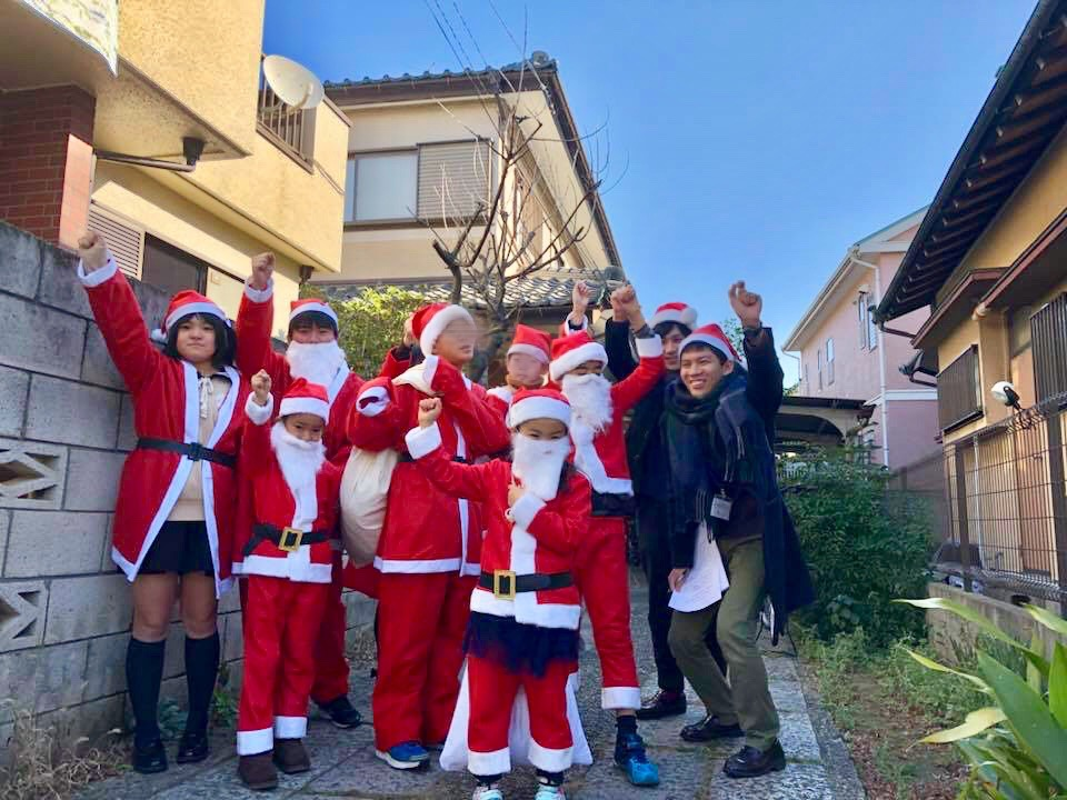 無料学習教室「地域の学び舎プラット」での地域でのクリスマスのイベントの様子