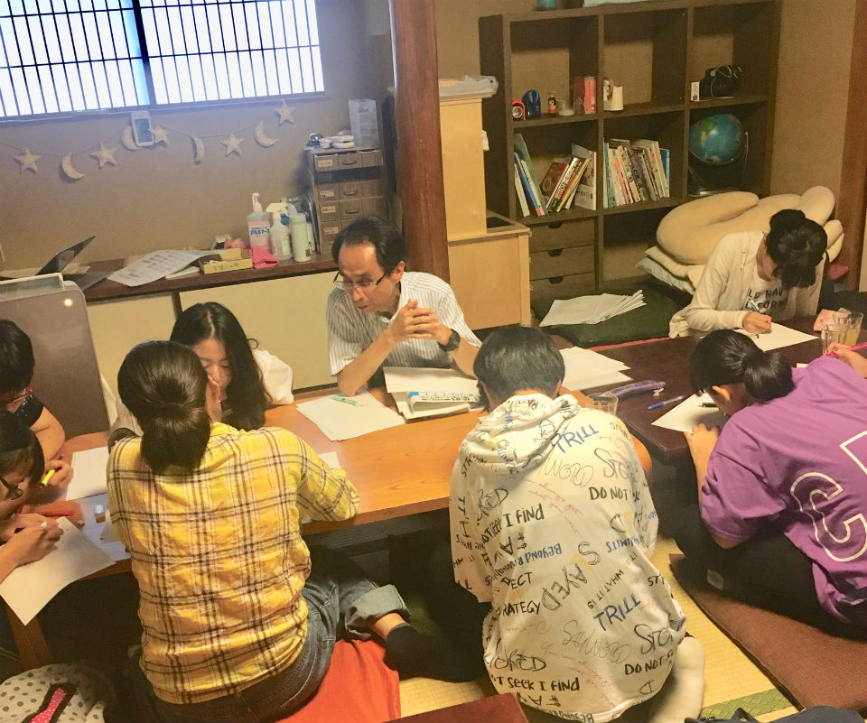 無料学習教室「地域の学び舎プラット」での学習の様子