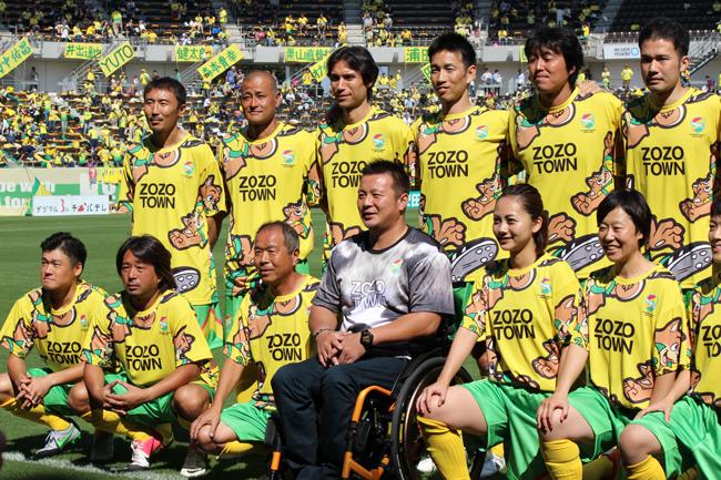 レジェンドジェフィチームの集合写真の一コマ。監督を務めた京谷和幸氏は、現役時代のポジションはGKではなかったが、レジェンドマッチ用のGKのユニフォームを着ていた。