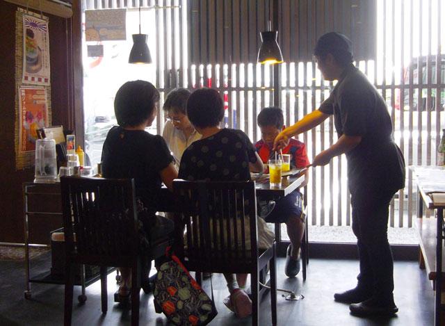 日曜日の昼下がりはいつまでもお客様が絶えません。
