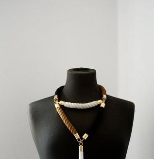 シンプルコーデの胸元を飾るネックレス