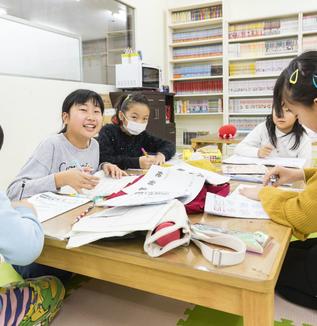 子どもの新しい放課後の居場所「しゅくだいカフェ」とは?(前編)-まちの大人が支え、夜の宿題タイムが家族だんらんに