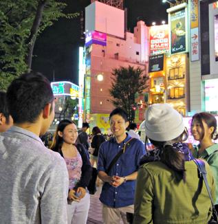 行く当てもなく街を彷徨う「難民高校生」の実態を学べる「夜の街歩きスタディーツアー」①