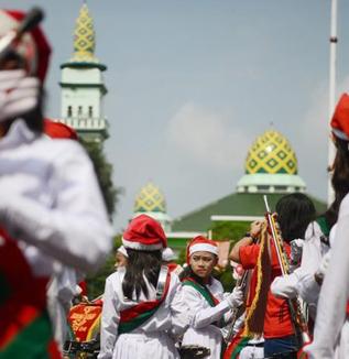 インドネシア各地のクリスマス・パレード(松井和久)