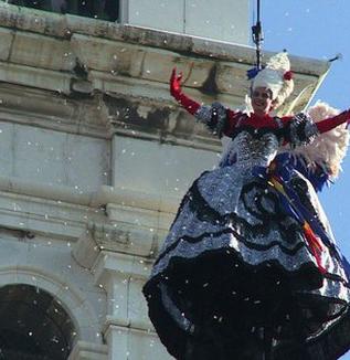 「天使の飛行」に2万人、ベネチア伝統のカーニバル    WEBライター募集中