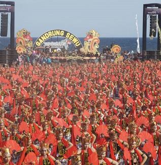 バニュワンギのガンドゥルン踊りをめぐって ~有名観光イベントに至るまでの道程~(松井和久)